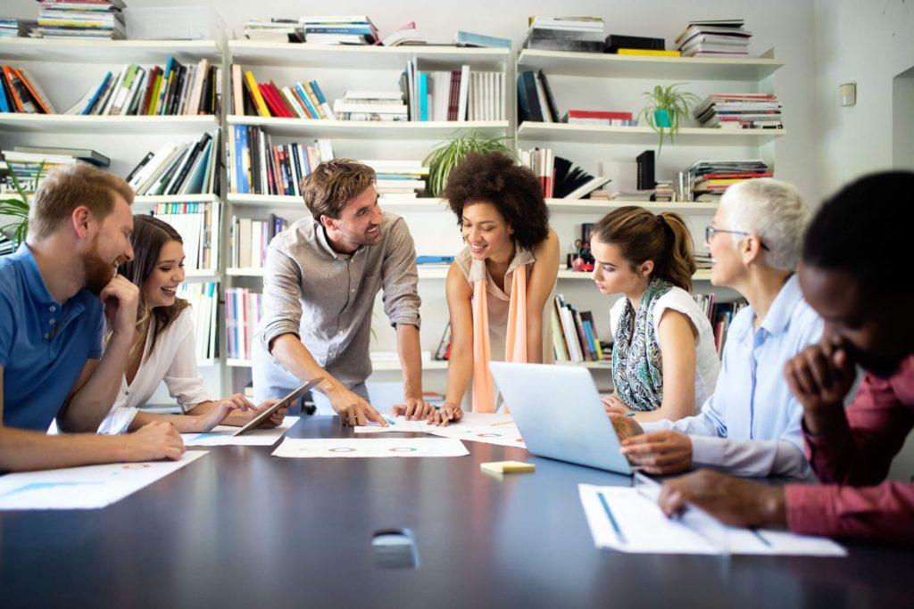 como formar líderes: pessoas trabalhando em escritório