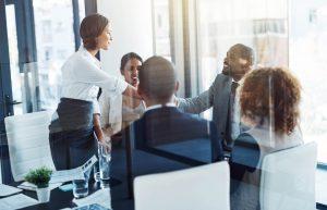 rh na internacionalização: grupo de pessoas em escritório tendo reunião