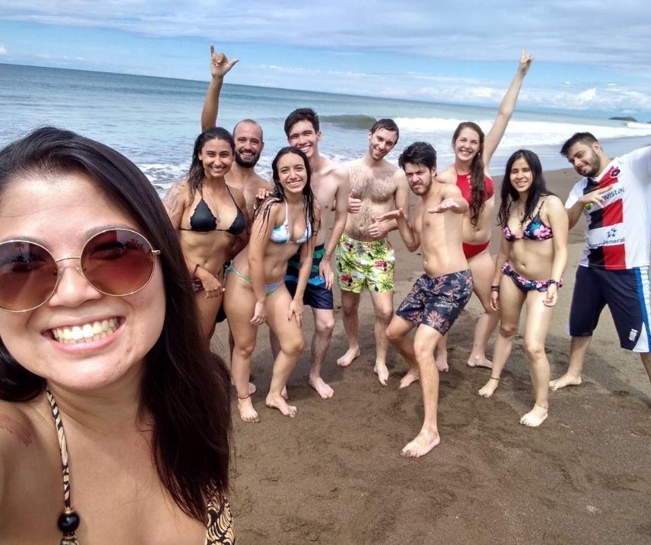Grupo de jovens em uma praia