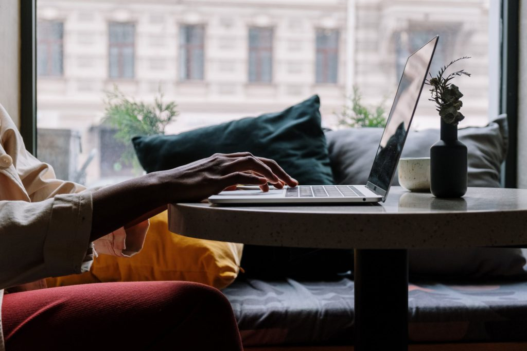 Pessoa em casa utilizando o notebook