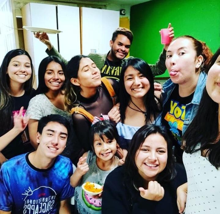 Maria Isabela com colegas do intercâmbio e alunos, impactando vidas