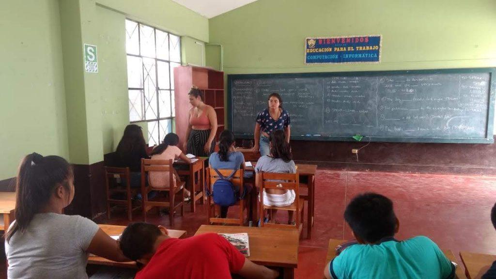 Rebeca com os alunos da ONG no Peru, impactando vidas