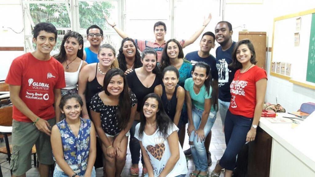 Grupo de jovens voluntários recebendo intercambistas